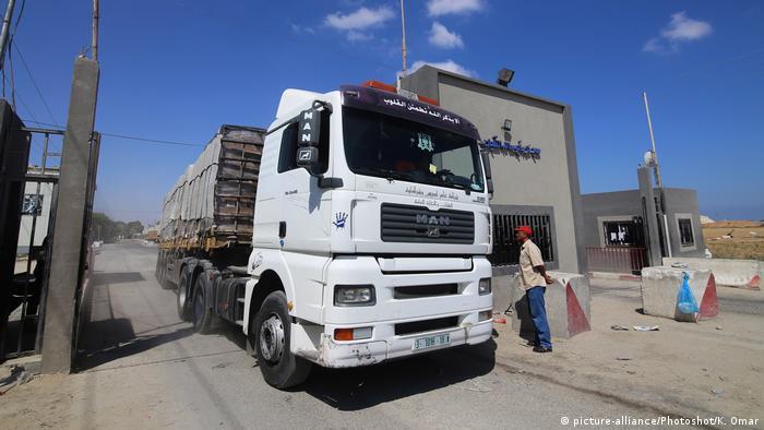 Lastwagen Kerem Shalom Gaza Schließung (picture-alliance/Photoshot/K. Omar)