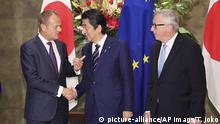 Donald Tusk, Shinzo Abe and Jean-Claude Juncker sign trade agreement in Tokyo (picture-alliance/AP Imags/T. Joko)