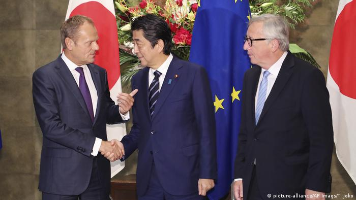 Donald Tusk, Shinzo Abe and Jean-Claude Juncker sign trade agreement in Tokyo