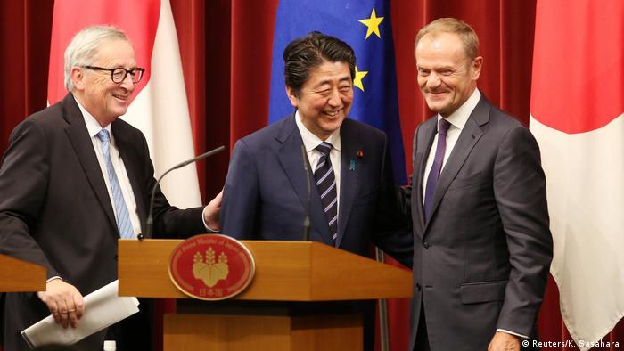Japan Tokyo - Donald Tusk, Shinzo Abe und Jean-Claude Juncker (Reuters/K. Sasahara)