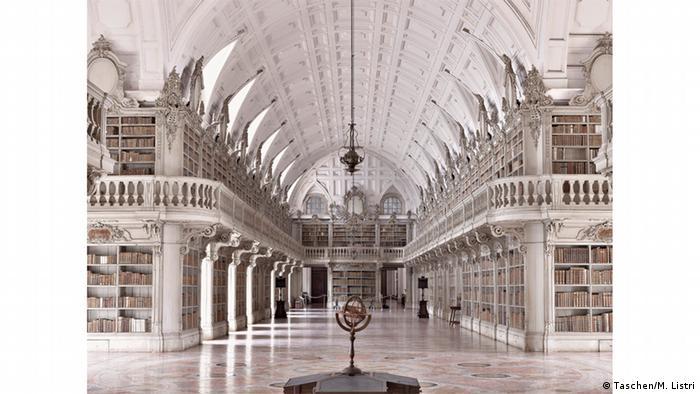 Монастырская библиотека дворца Мафры