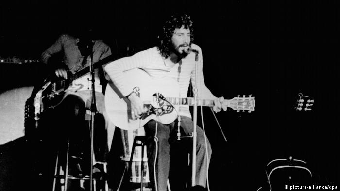 Cat Stevens/Yusuf Islam singing on stage and playing quitar (picture-alliance/dpa)