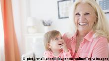Symbolbild ältere Frau Kind Urlaub