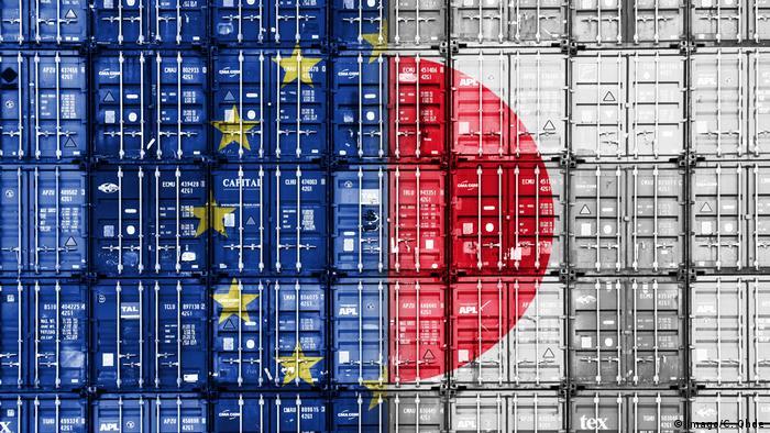 Symbolbild von gestapelten Container mit den Fahnen von EU und Japan