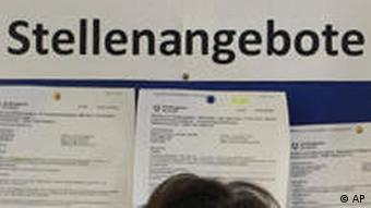 Eine Frau schaut sich in einer Bundesagentur für Arbeit in Berlin die Stellenangebote an (Foto: AP)