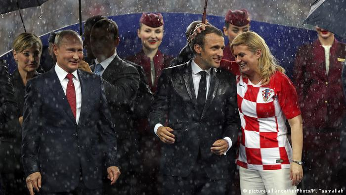 Vladimir Putin, Emmanuel Macron and Kolinda Grabar-Kitarovic at the final World Cup ceremony (picture-alliance/NurPhoto/M. Taamallah)