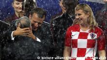 Russland Siegerehrung im Regen | Emmanuel Macron und Kolinda Grabar-Kitarovic