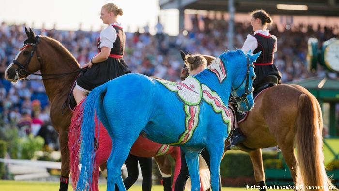 A blue horse (picture-alliance/dpa/R. Vennenbernd)