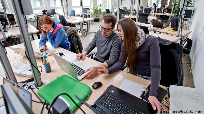 People working in a coworking space (picture-alliance/dpa/D. Karmann)
