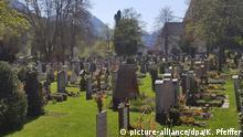 ARCHIV - 16.05.2018, Bayern, Berchtesgaden: Der Friedhof der oberbayerischen Gemeinde Berchtesgaden. Dort werden Gräber in einer Art Lotterie verlost. Seit Ende April können sich Einheimische für rund 200 Gräber auf dem Alten Friedhof im Ortszentrum bewerben. Die Frist endete am 30. Juni, verlost wird am 18.07.2018 im Kongresshaus in Berchtesgaden. Foto: Kilian Pfeiffer/dpa +++ dpa-Bildfunk +++ | Verwendung weltweit