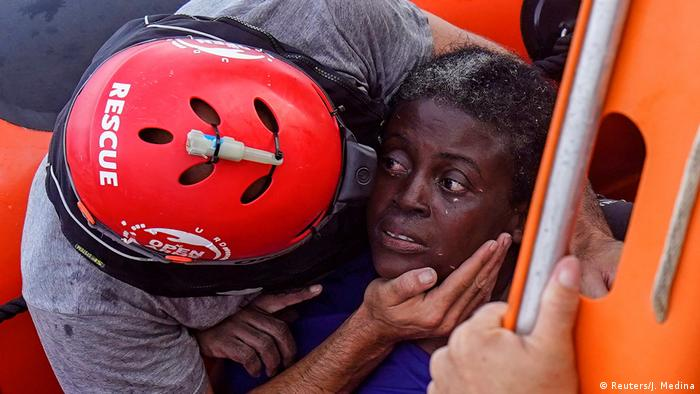 Женщина, спасенная испанскими активистами