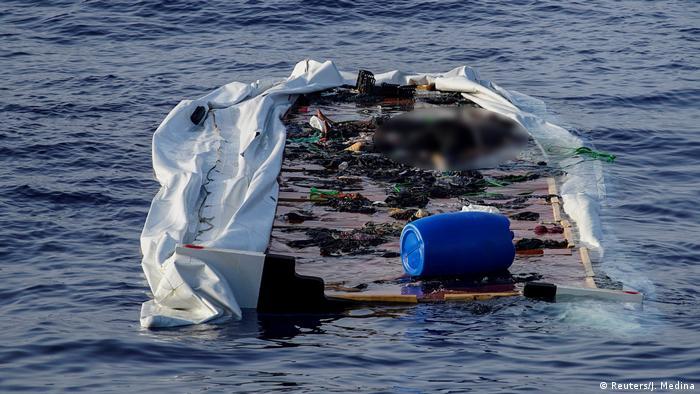 Обломки спасательной лодки на борту которой были беженцы