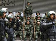 Policía china durante las protestas de los uigures.