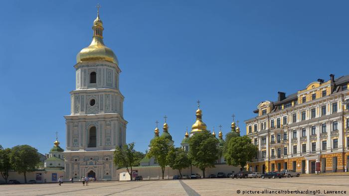 На площади у Софии Киевской