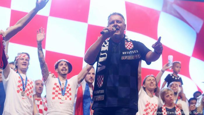 Kroaten Nationamannschaft feiert mit ultranationalistischem Sänger Thompson
