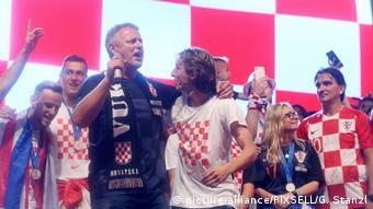 Kroaten Nationamannschaft feiert mit ultranationalistischem Sänger Thompson (picture-alliance/PIXSELL/G. Stanzl)