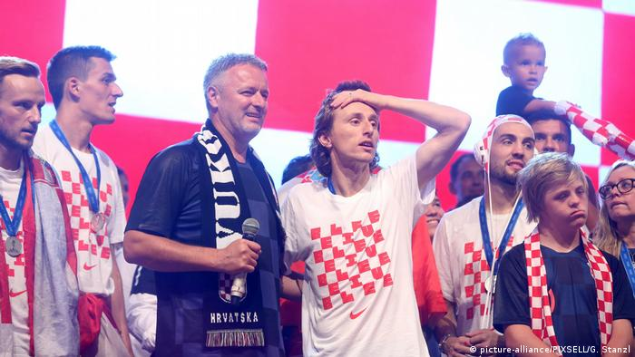 Luka Modric and Croatian teammates with Marko Thompson Perkovic after finishing runners-up at the 2018 World Cup. (picture-alliance/PIXSELL/G. Stanzl)
