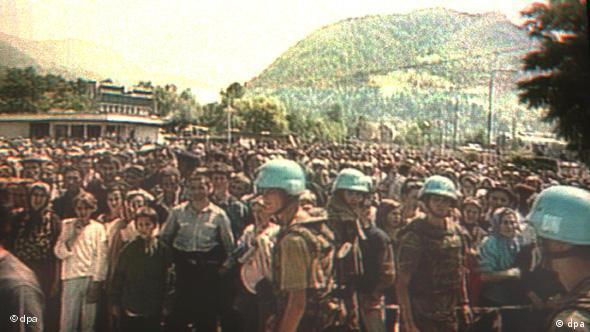 Ein Archivbild des niederländischen Fernsehens zeigt niederländische UN-Soldaten in Potocari vor Hunderten von moslemischen Zivilisten, die aus dem nahegelegenen Srebrenica geflüchtet sind. (Archivfoto von 1995: dpa)