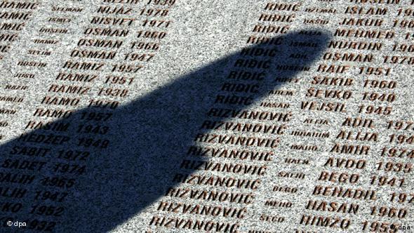 Schatten einer Frau über einer Gedenktafel für die Opfer von Srebrenica (Foto: dpa)