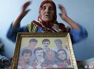 Sida Mehinovic con una foto de sus familiares asesinados por serbios en 1995.