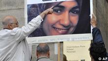 Ein Foto von Marwa El-Sherbiny haengt am Samstag, 11. Juli 2009, in Dresden vor dem Rathaus waehrend einer oeffentlichen Trauerfeier. Der arabische Text lautet: Warum wurde sie getoetet? Die Aegypterin wurde am 1. Juli im Landgericht Dresden niedergestochen und erlag ihren Verletzungen. Der Mord loeste in der arabischen Welt heftige Proteste aus. (AP Photo/Matthias Rietschel)