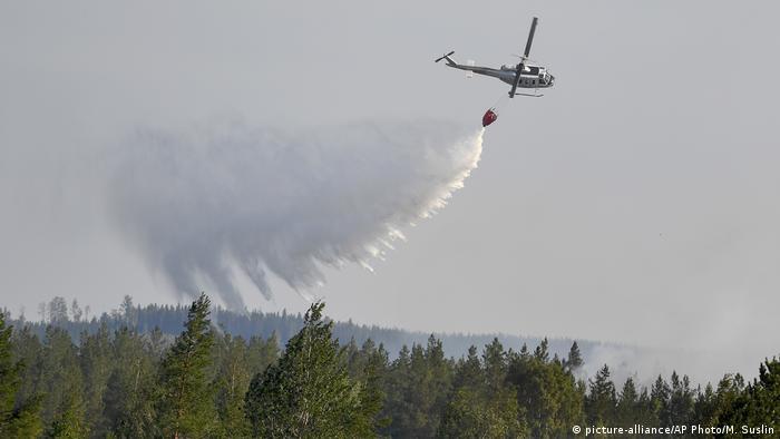 Schweden, Ljusdal: Lösch-Flugzeug aufgrund des Waldbrands in Karbole
