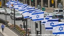 A man walks by a line of Israeli national flags near the walls of the Old Town in Jerusalem. Wednesday, 14 March 2018, in Jerusalem, Israel. (Photo by Artur Widak/NurPhoto) | Keine Weitergabe an Wiederverkäufer.