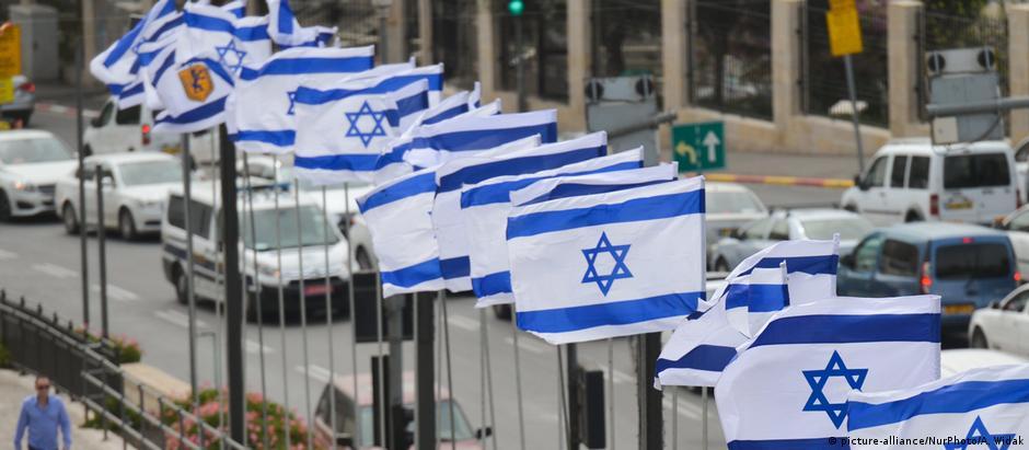 Nova lei estabelece bandeira branca e azul com a Estrela de Davi no centro como um dos símbolos de Israel