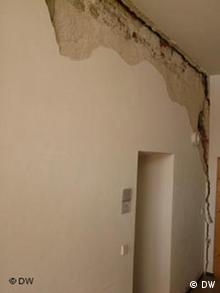 A crack about ten centimeters wide in the wall has caused chunks of plaster to fall off