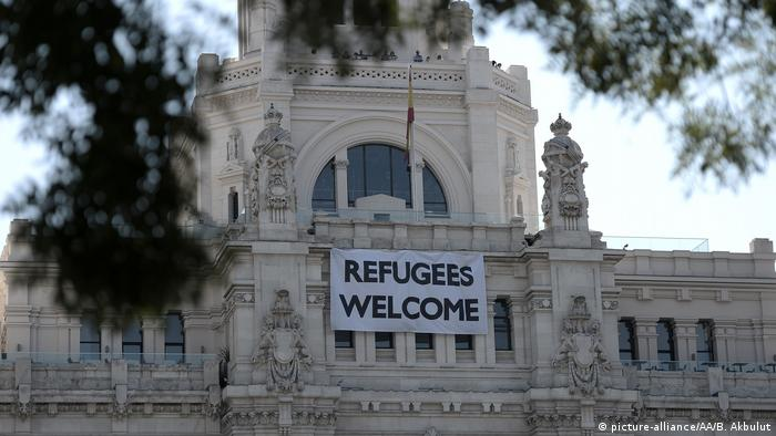 Refugees welcome in Madrid Rathaus (picture-alliance/AA/B. Akbulut)