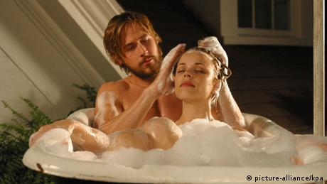 Film still with Ryan Gosling , The Notebook, man and woman in bathtub, man washes her hair (picture-alliance/kpa)