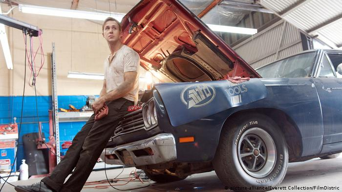 Film still Drive, Ryan Gosling, man leans against car with an open hood. (picture-alliance/Everett Collection/FilmDistric)