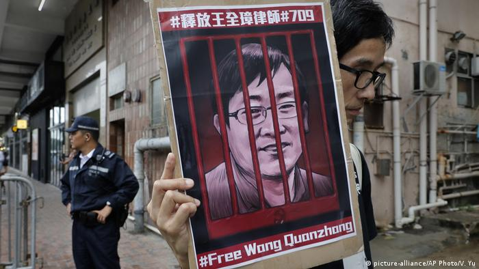 Hongkong Wang Quanzhang Plakat Aktivisten (picture-alliance/AP Photo/V. Yu)