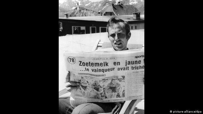 Tour de France 1979 Joop Zoetemelk liest in Alpe d'Huez Zeitung (picture-alliance/dpa)
