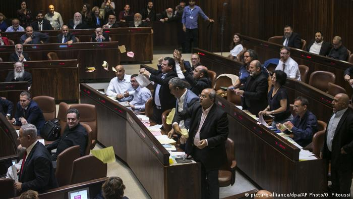 Knesset lawmakers protesting (picture-alliance/dpa/AP Photo/O. Fitoussi)