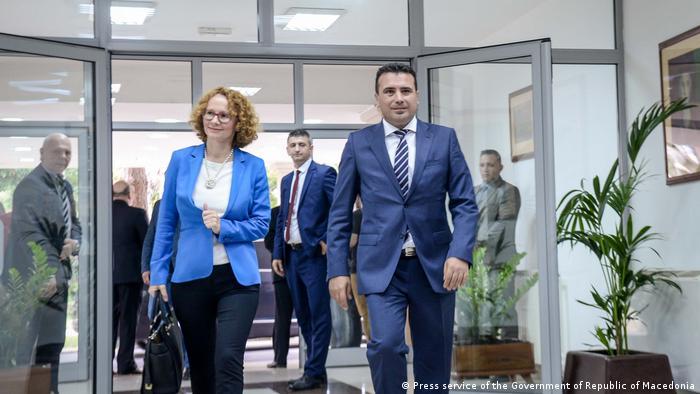 Mazedonien Verteidigungsministerin Radmila Sekerinska und Premier Minister Zoran Zaev