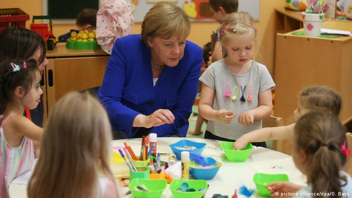 Angela Merkel visits nursery in Cologne (picture-alliance/dpa/O. Berg)