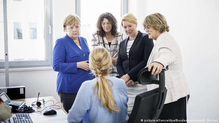 Angela Merkel with Franziska Giffey at the help line Violence against Women