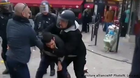 Радника Макрона звільнили і затримали за побиття демонстранта