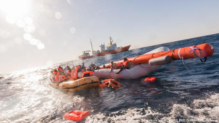 Rescue boots off the Libyan coastline (picture-alliance/SOS MEDITERRANEE/L. Schmid)