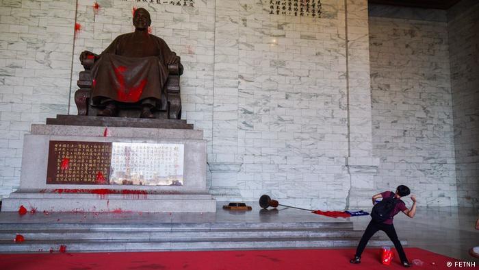 Taiwan Farbanschlag auf CKS Memorial Hall (FETNH)