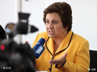 Shirin Ebadi bei der Pressekonferenz im Funkhaus der Deutschen Welle vor rund 70 Journalisten