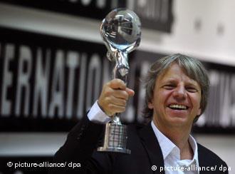 Andreas Dresen präsentiert in Karoly Vary seine Auszeichnung für Whiskey mit Wodka (dpa)