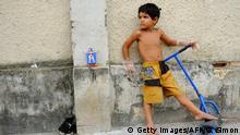 Brasilien Rio de Janeiro Kind auf Straße