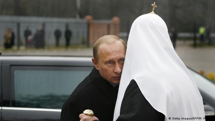 Владимир Путин обнимает Патриарха Кирилла