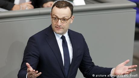 Напоследък министърът на здравеопазването Йенс Шпан се въздържа да критикува канцлерката Меркел. Въпреки това той минава за един от най-отявлените ѝ противници. 38-годишният Шпан се застъпва за консервативно обновление на партията, настоява Германия да приема по-малко бежанци и да въведе забрана на бурката, а освен това е против двойното гражданство и назначаването на европейски финансов министър.