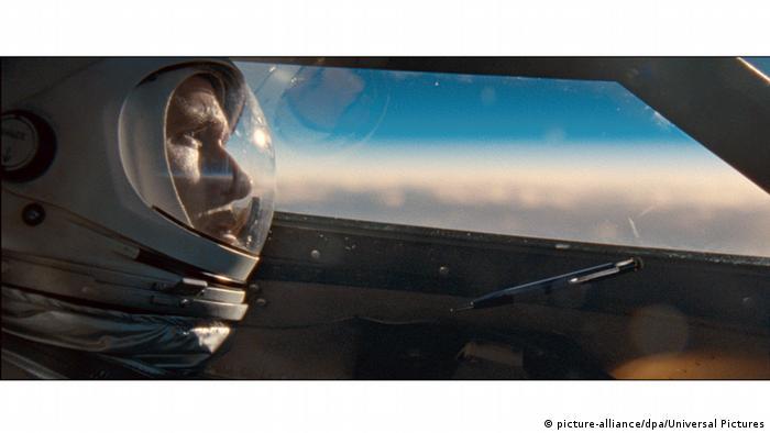 فیلم نخستین انسان هم چنین برای هفت رشته نامزد دریافت جوایز بفتا شد، از جمله برای بهترین فیلمنامه اقتباسی و بهترین فیلمبرداری. در فیلم نخستین انسان رایان گسلینگ در نقش نیل آرمسترانگ ظاهر شد؛ اولین فضانوردی که در سفر تاریخی فضاپیمای آپولو ۱۱ در سال ۱۹۶۹ به روی کره ماه قدم گذاشت.