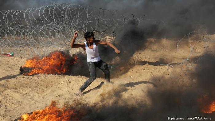 Ein Demonstrant an Ende Juli an der israelischen Grenze in Gaza