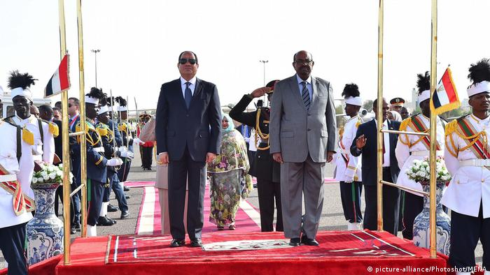President Abdel-Fattah al-Sisi with Omar al-Bashir at a military parade (picture-alliance/Photoshot/MENA)