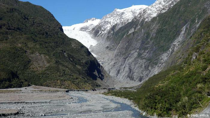 The Franz Josef Glacier in 2018. Barely visible around the corner of the mountain, it has retreated significantly since 2008. (DW/D. Killick)